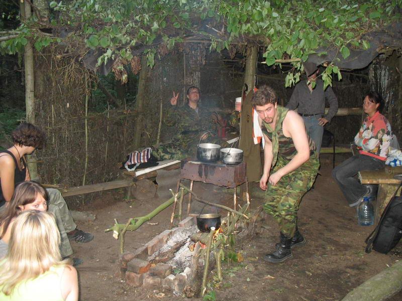 Начался заезд. Денек продолжает предпринимать попытки заварить чай.