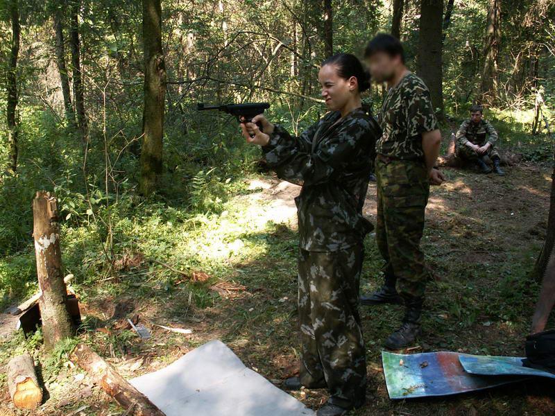 Стрелковое соревнование. Стреляет Таня. Джеральдин судит и изображает Ричарда Глостера.