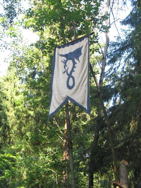 Раунд последний - кто сопрет флаг - тот несет его до Штаба Полигона. А кому не повезет - несут остальное.